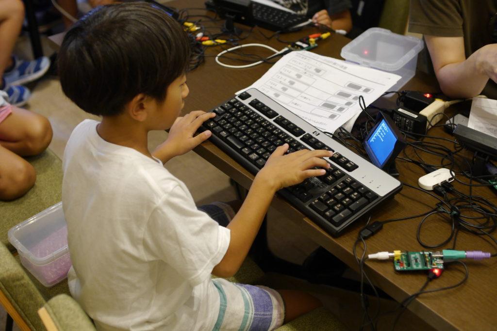 プググラミングする小学生
